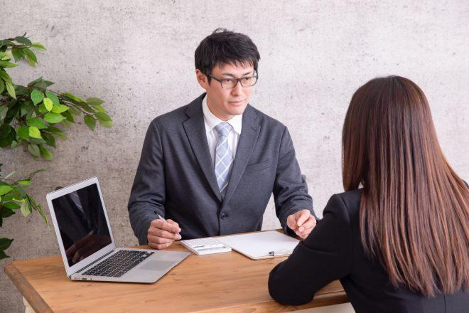 税理士に相談する女性