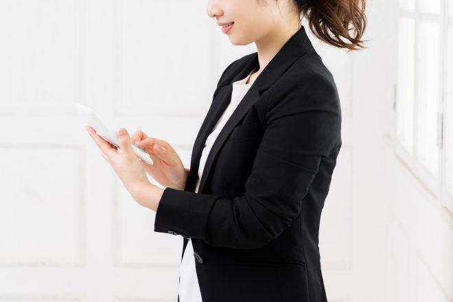 収入を計算する女性