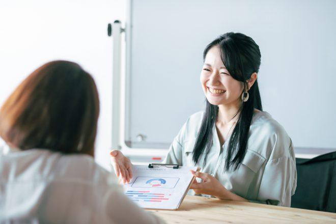 悩みに対する最適なアドバイスを提案する経営コンサルタント